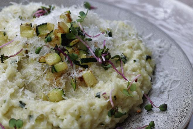 Zucchinirisotto auf einem Teller