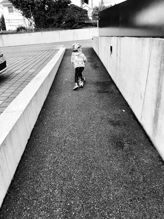 Yogakid am Trottifahren. Gleiten über den Boden ist ein Bewegungsbedürfnisse! Und wenn wir Erwachsene uns 30 Minuten bewegen sollten, so ist es bei den Kindern 60 Minuten und Kleinkindern sogar 3h täglich