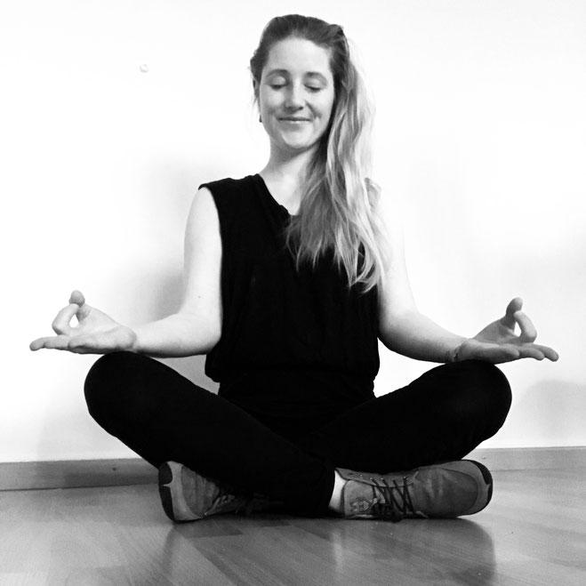 Das Yogamami beim Versuch zu meditieren zu Hause