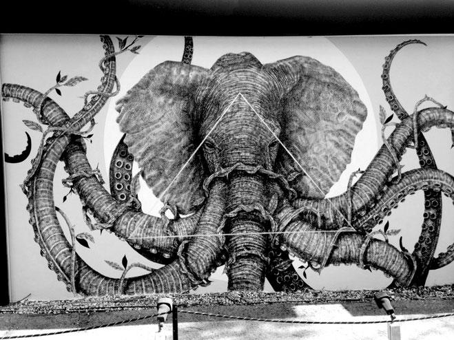 Graffiti aufgenommen von Yogamami 2015 in Miami Wynwood Art District (Elefantenkopf mit 8 Tentakelrüsseln)