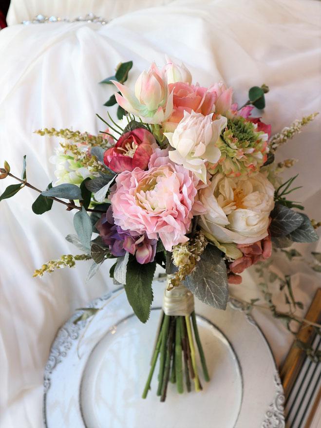 可愛らしいアートフラワー造花の結婚式用ウェディングブーケは海外挙式や前撮りにも人気です