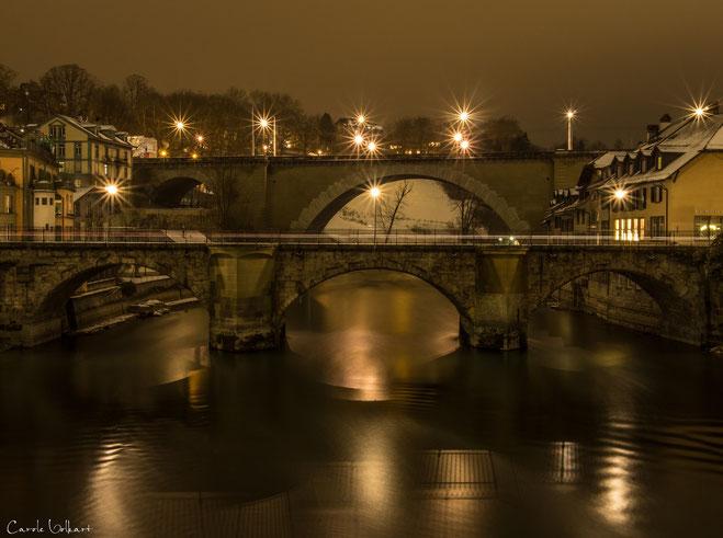 Untertorbrücke und Nydeggbrücke mit fantastischer Spiegelung des Geländers der unteren Brücke in der Aare