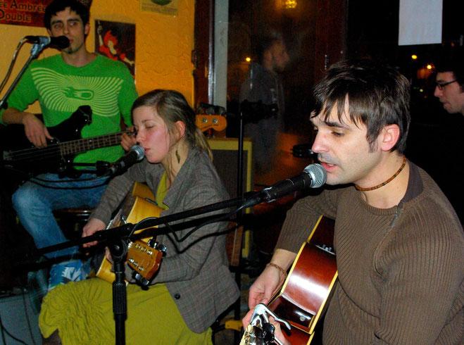 Photo du groupe prise dans le bar.