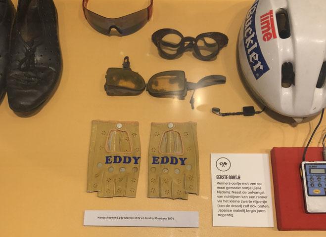 Die Lederhandschuhe von Eddy Merckx im Schaukasten, der die Historie des Radsport-Equipments dokumentiert.