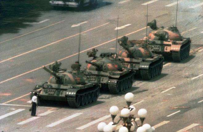 En ung demonstrant stiller sig modigt og alene foran en kolonne af kampvogne – og standsede dem for en kort tid, før han blev trukket bort af en gruppe civilpoliti. Hvem han var og hvad der skete med ham, er indtil i dag uopklaret.