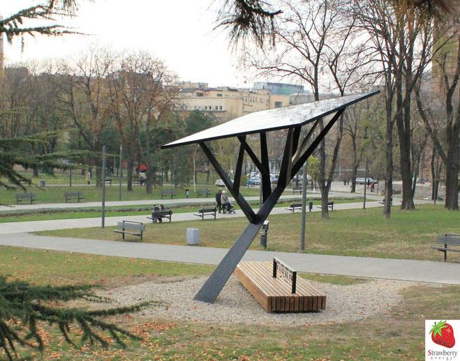 Kunstwerk und Aufladegerät in einem:  Der Strawberry Tree  im Tasmajdanski Park von Belgrad.