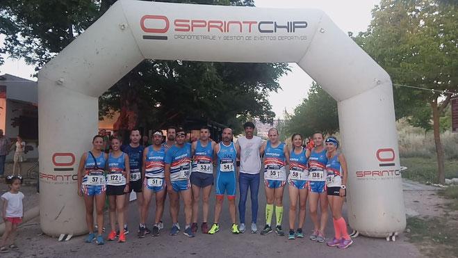 Componentes del CLub Maratón Lucena acompañanado a Antonio Reina, campeón de Europa de 1.500 metros.