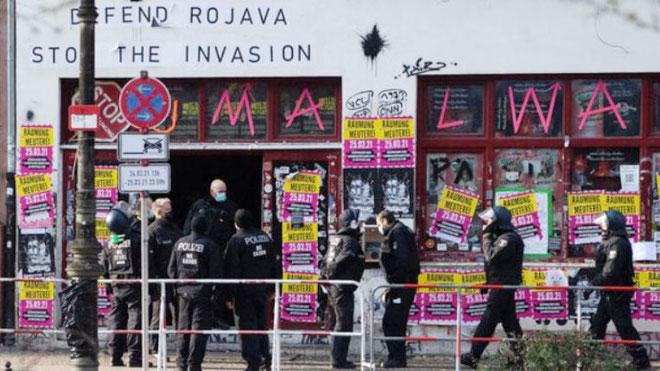 """Torsdag morgen den 25. marts ryddede et stort politiopbud det selvforvaltede værtshus """"Meuterei"""" (mytteri) i bydelen Kreuzberg."""