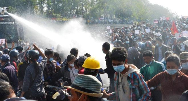 Allerede to dage efter kuppet den 1. februar gik tusinder af demonstranter på gaden.