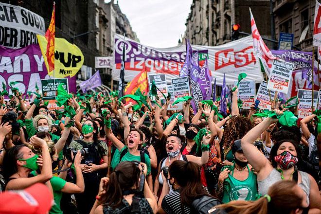Feministerne kræver en ny lov, som legaliserer abort indenfor en fastsat periode og udvider undtagelserne for, hvornår abort kan finde sted efter den fastsatte periode