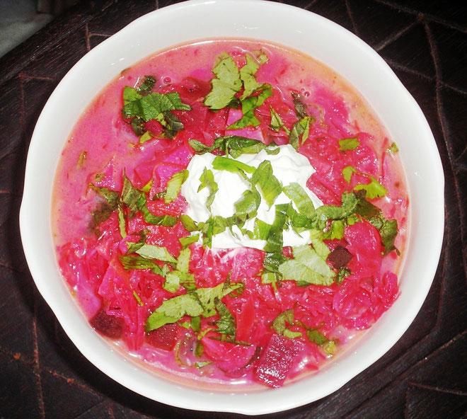 rote Beete-Sauerkrautsuppe mit Kräutern