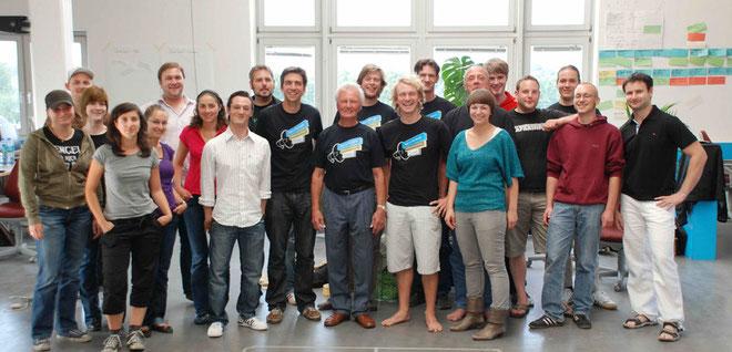 In der Mitte - im Jimdo T-Shirt - Roland Suckow alias der Webmaster 4you. Um ihn herum das Jimdo-Team