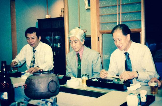 写真は、三木直樹鳩舎の総合優勝を記念しての食事会に参加した、左から竹垣悟・岩田誠三・任秀夫鳩舎