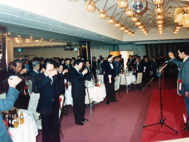 連盟の盛大なる門出と今後益々の名誉会長竹垣悟氏の活躍を祈念して乾杯と・・・大きな発声の後、祝宴に入る