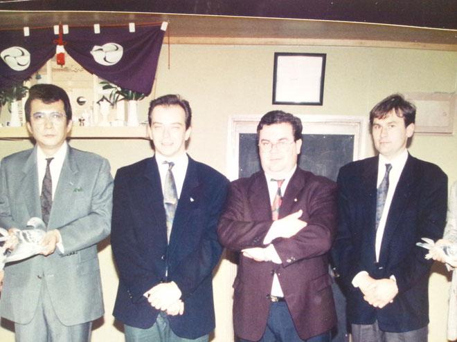 20年前に私の鳩舎下の事務所にて、私の右からディルク・リーケンス、ノベルト・ペーテルス、ジョス・トーネとの記念写真