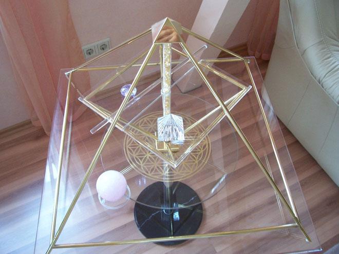Foto: Horus Energiepyramide Modell-B auf Ständer im Wohnbereich harmonisch integriert, formschön und dekorativ