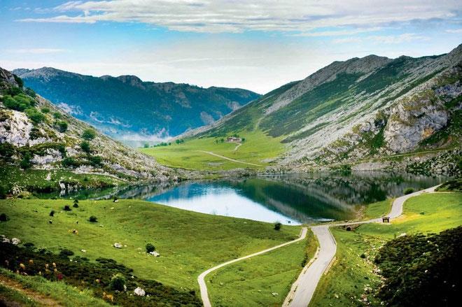 LAGOS DE COVADONGA (Asturias, España). Altitud 1.135 metros/ Longitud 14.2 km /Pendiente media 6.87% / Pendiente máxima: 15% (en la Huesera, km 12). Desde que el 2 de mayo de 1983 Marino Lejarreta los