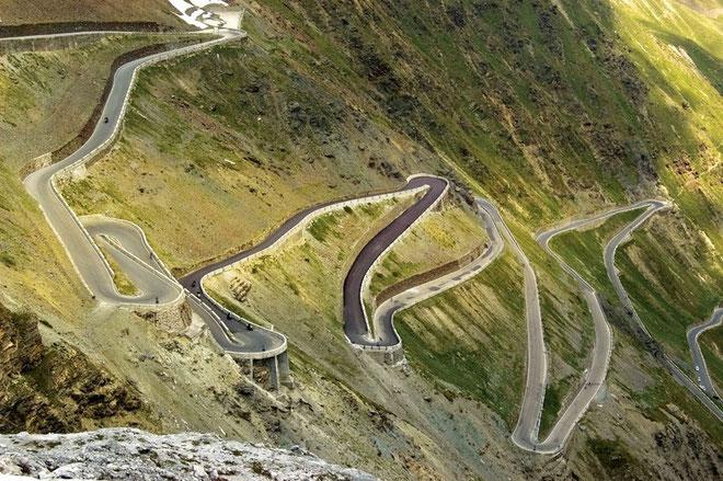 """STELVIO*. (Desde Ponte di Stelvio / Trentino-Alto Adigio, italia) Altitud: 2758 metros / Longitud 24.3km / Pendiente media: 7.4%/ Pendiente máxima: 9.2% (entre los km 17 y 18). Coppi pensó que """"moría"""