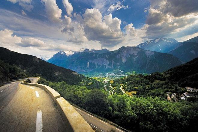 ALPE d'HUEZ* (Isere, norte de los Alpes, Francia). Altitud: 1803 m / Longitud: 13. 1 km / Pendiente media: 8.19%/ Pendiente máxima: 12%. Quien gana allí es historia del Tour. Más que dureza, el símbol