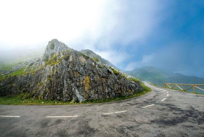 ANGLIRU*. (Asturias, España) Altitud: 1.573 metros /Longitud 12.5 km / Pendiente media: 10.13% / Pendiente máxima 23.5% (en la Cueña les Cabres, km 11). Para sus defensores, un verdadero espectáculo,