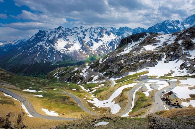 GALIBIER* (Por el puetro del Telegraphe). Altitud 2.642 m / Longitud 35.25km / Pendiente media: 5.48% / Pendienta máxima 15% (km, 6.5). La gran joya del Tour, para muchos la más difícil por su extensi