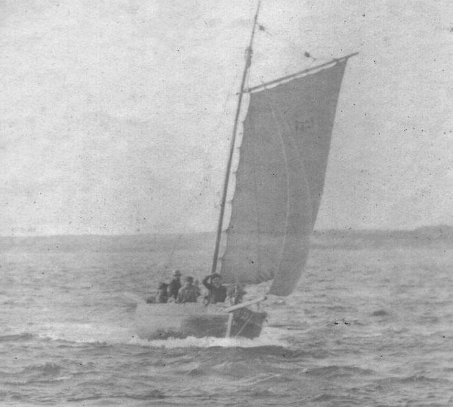 L'Alexandre R522 sloup de passage à René le Saout, 4,56 tonneaux, on aperçoit 5 hommes à bord, le Saint-Louis est semblable  (Photo Gaillard Vickers mis en ligne par Pierre Cuzon)