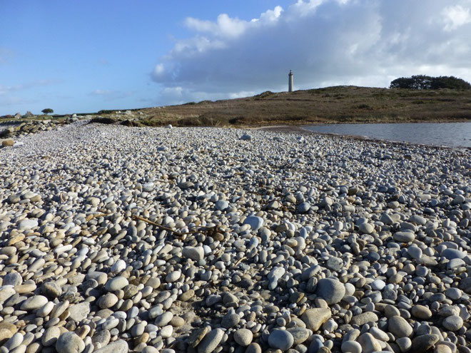 Le cordon de galet haut de 3 à 4 m est devenu plat en quelques heures à la pleine mer  par la force des vagues