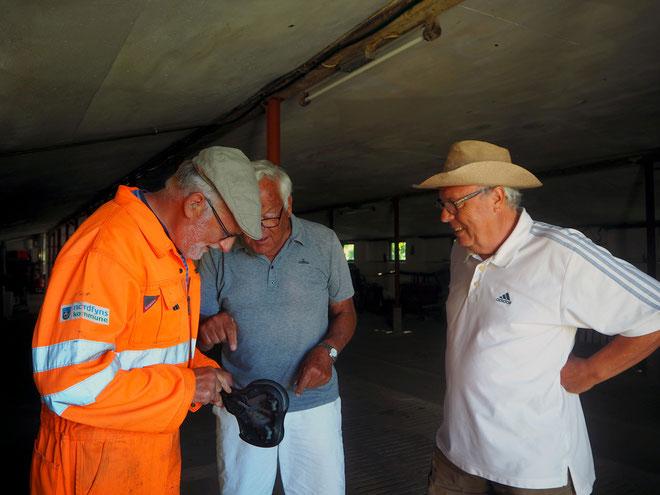 """Drei Herren aus Dänemark, Holland und Spanien spielen """"Wir reparieren einen Fahrradsattel"""""""
