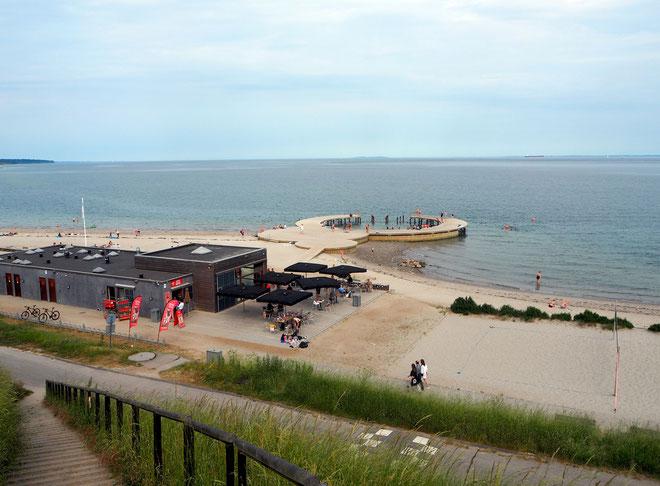 Nur der Deich trennt die Stadt Fredericia vom Sandstrand