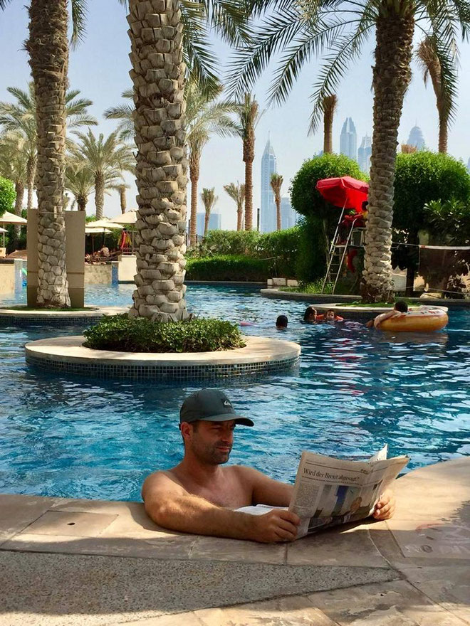 freaky finance, Fairmont the Palm, Pool, Dubai, Mann lies Zeitung im Pool