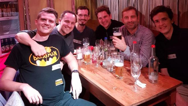 Bloggertreffen, Surfkitchen, Hamburg, Finanzblog Award 2019, Männer trinkend am Tisch, Biergläser