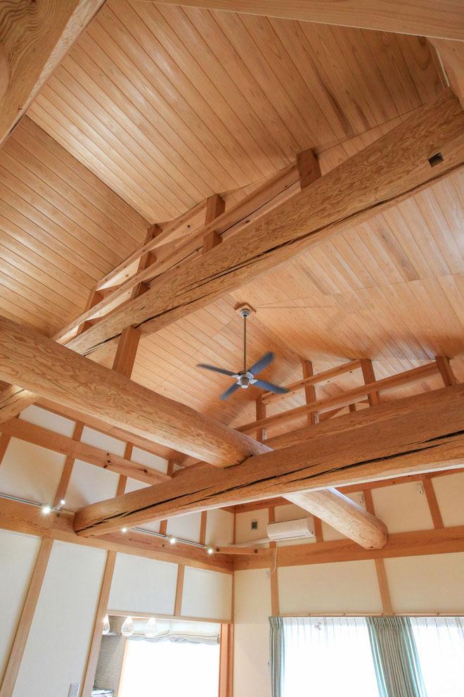 開放感抜群の天井は、木組みの伝統技術の結晶です