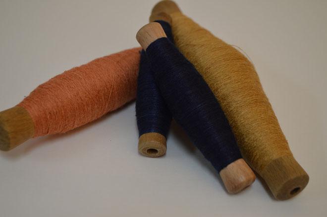 草木染で染めた横糸と本藍染の横糸です