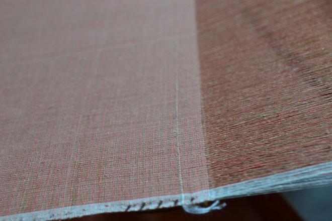 中心の白い糸がキントウです この後5cm織ると織り仕舞いになります