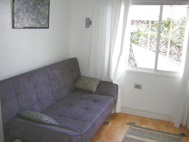 Zweites Schlafzimmer mit bequemer Schlafcouch und Schreibtisch in der Penthauswohnung bei Puerto de la Cruz auf Tenerife