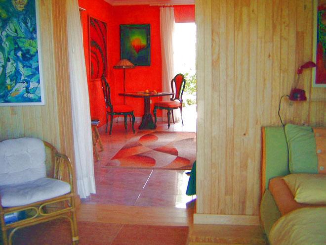Blick vom Schlafzimmer ins Wohnzimmer