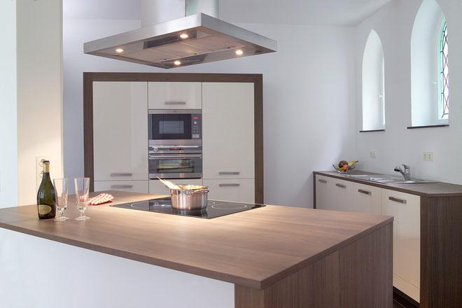 Küche in cremeweiß und Nußbaum (furniert) geschiefert - mit freundlicher Genehmigung von Fotostudio Hartmuth Klemme, Herford