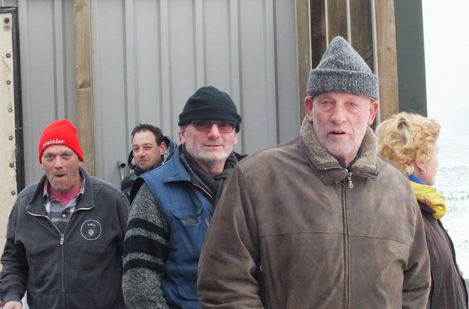 v.l.n.r. de bestuursleden Henk Bakker, Mike Kramer, Albert van Bruggen en Gerrit de Gier, druk bezig met de voorbereidingen officiele opening van het ijsbaan complex!