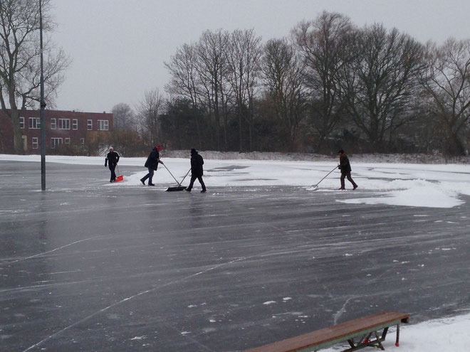 Maandag 21 jan. '13 / bestuursleden en vrijwilligers druk bezig met het sneeuwvrij maken van de baan!