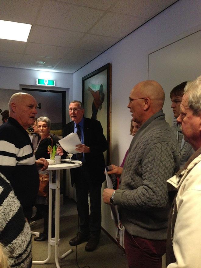 De heer Dolf Geertzema overhandigt een cheque van € 500,00 voor energie zuinige lampen, namens WP-Windenergiek.