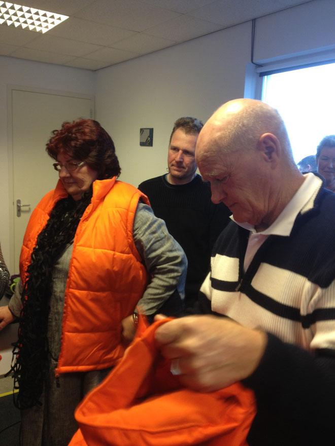 ...de nieuwe bestuurs jassen worden uitgereikt aan de bestuursleden Gonnie Mol, Teun Wonder en Jaap Oostindier!!