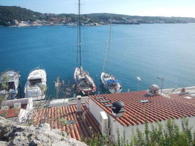 Die JOJO am Steg vor Mahon auf Menorca