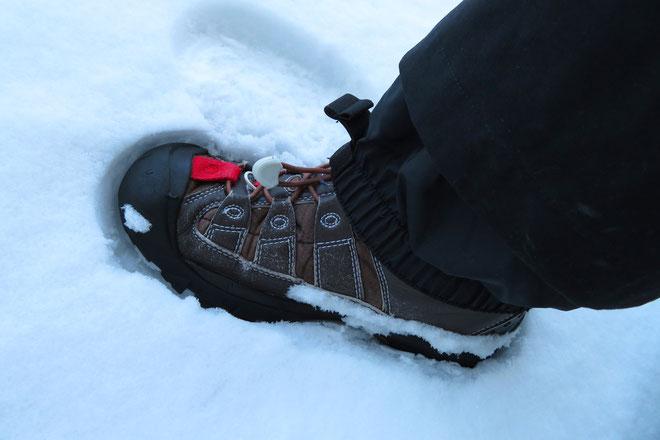 スノーパンツの裾にインナースパッツ(パウダーガード)があれば、ブーツに被せて雪を遮断するのが良いです。