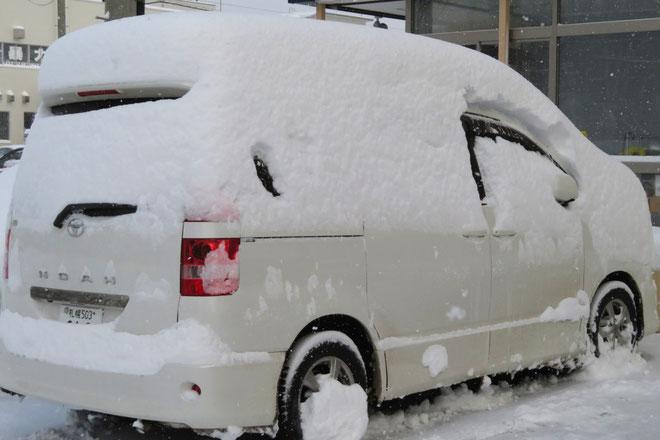 ドアの所の雪を払い除けてから開けないと、車内に雪がドサっと入り込む。