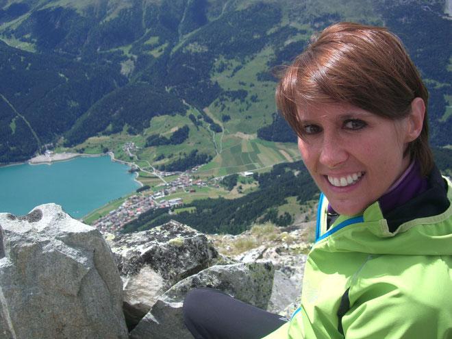 Katja auf der Klopair Spitze 13.07.14. Tief unten Reschen mit dem Reschensee