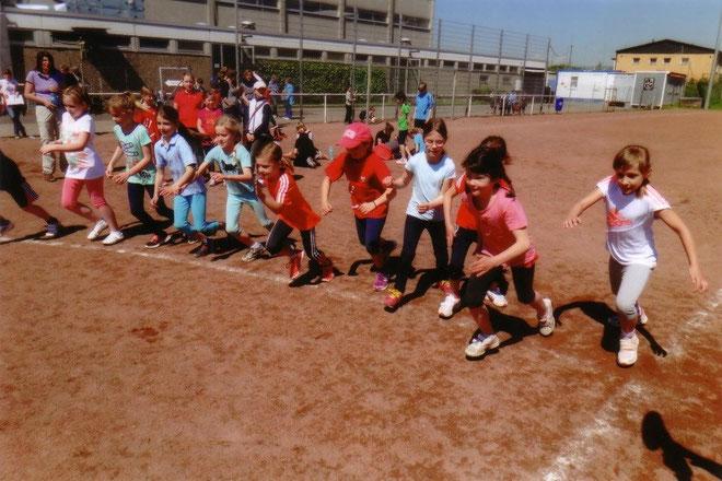 Foto: die Mädchen der Klasse 2b sind zum 800-Meter-Lauf gestartet