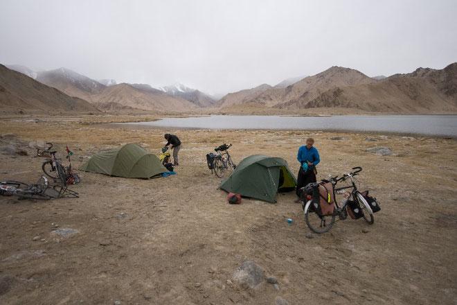 Campement au bord du lac Karakul