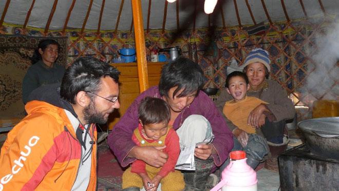 Pendant que le tsuivan cuit, on tente une communication avec notre pauvre feuille de lexique mongol...