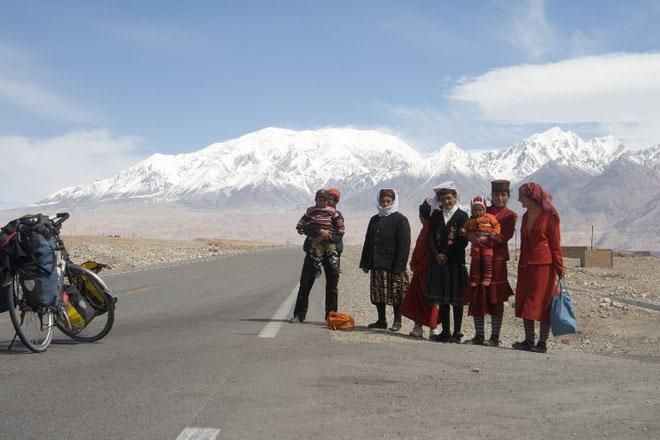 Famille Tadjik attendant le bus
