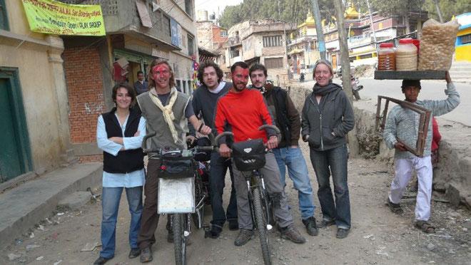 Le depart, a swoyambhu, avec d'autres volontaires. Indu didi a mis la dose pour la tika!